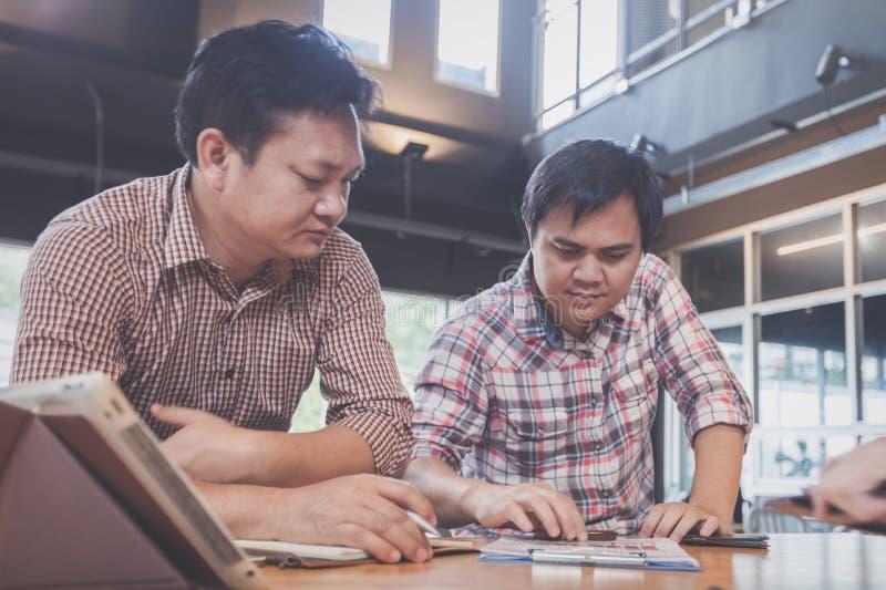 Businessteam, das Ideen bespricht und über Gewinnvergleichsrechnung plant lizenzfreie stockbilder