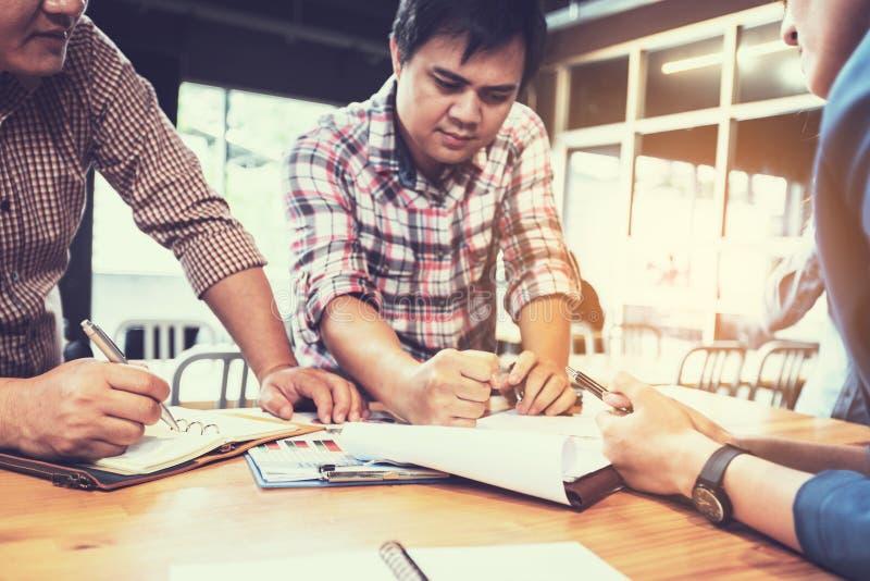 Businessteam, das Ideen bespricht und über Gewinnvergleichsrechnung plant lizenzfreie stockfotos