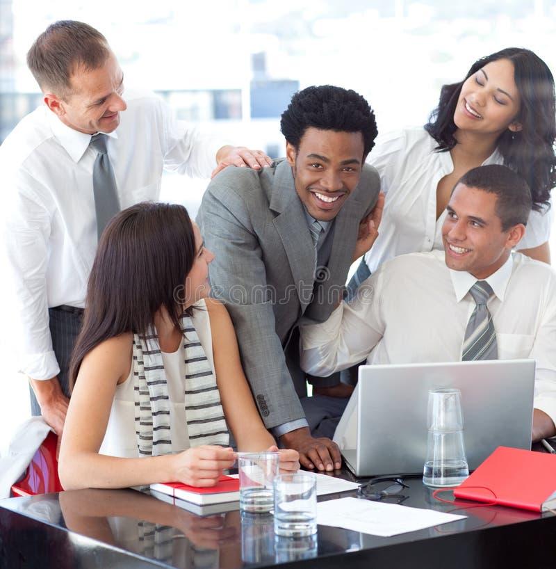 Businessteam, das zusammenarbeitet lizenzfreie stockbilder