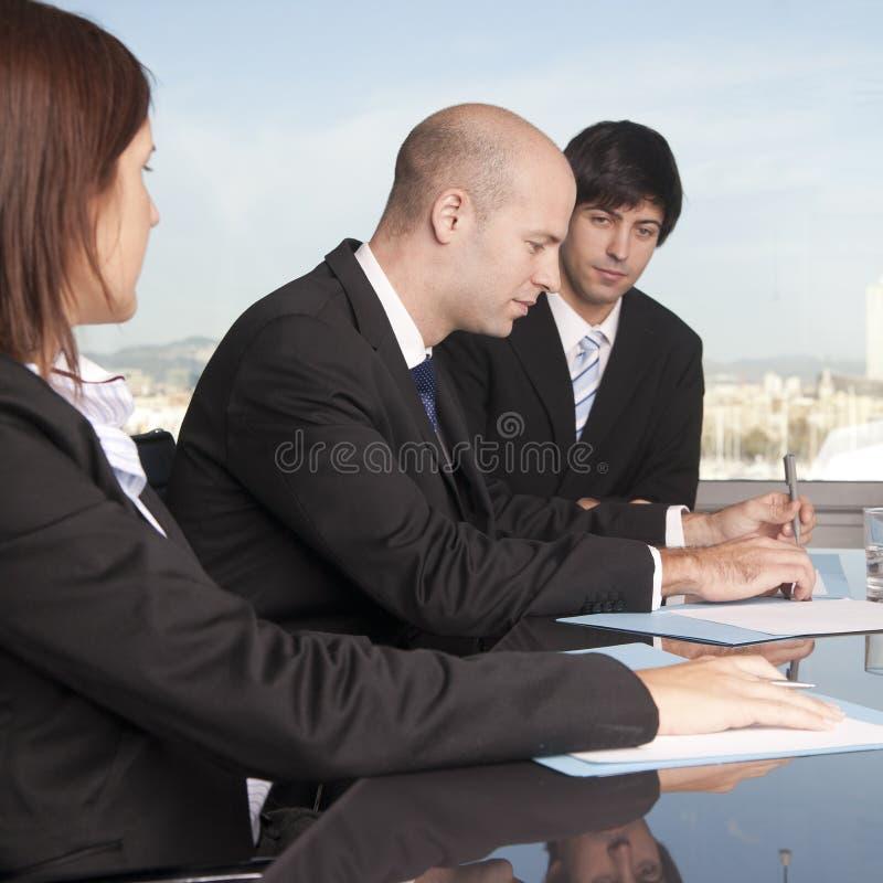 Businessteam de tres personas se relajó en el vector fotos de archivo libres de regalías