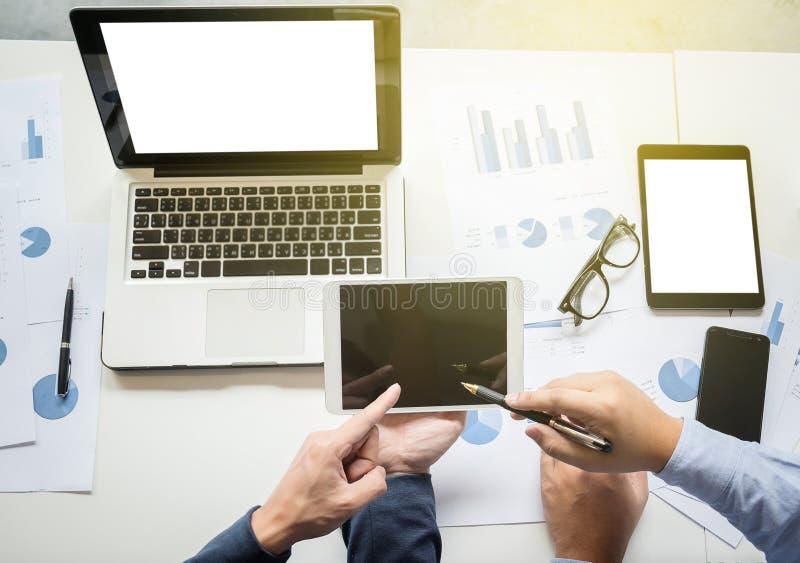 Businessteam die bij bureau werken en een digitale tablet gebruiken, stock afbeelding
