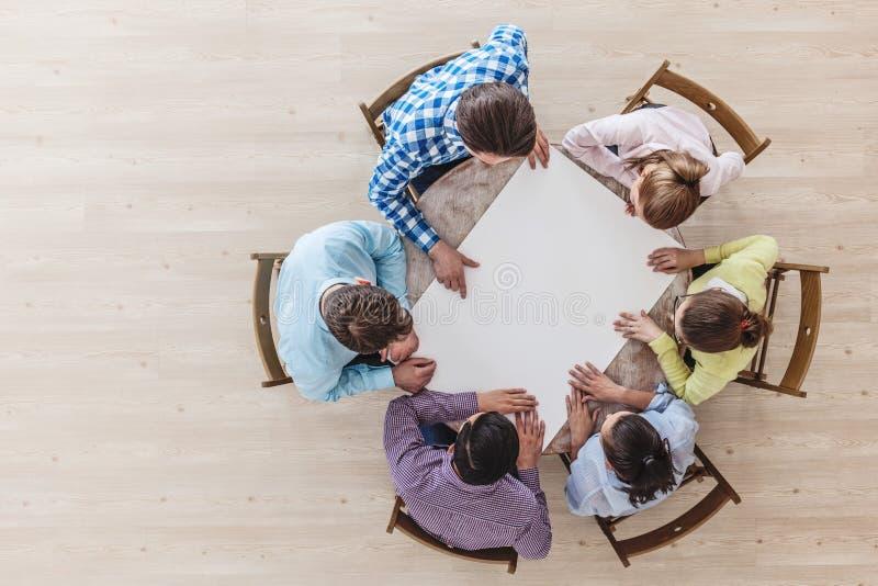 Businessteam die bij vergaderingslijst werken stock foto's
