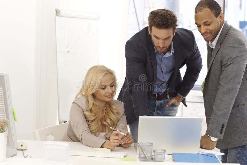 Businessteam die in bureau werken stock fotografie