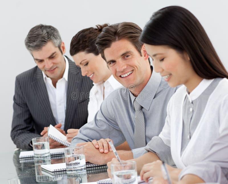 Businessteam die tijdens een vergadering werkt stock fotografie