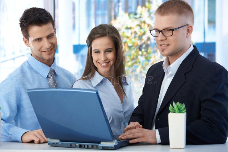 Businessteam feliz que trabaja junto foto de archivo libre de regalías