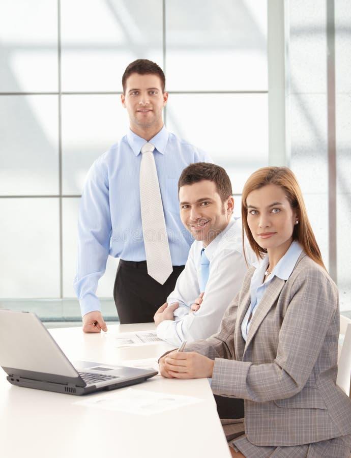 Businessteam feliz que trabalha junto o sorriso foto de stock royalty free