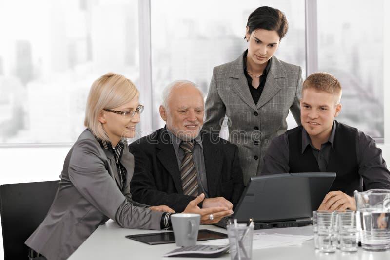 Businessteam fonctionnant ensemble photographie stock
