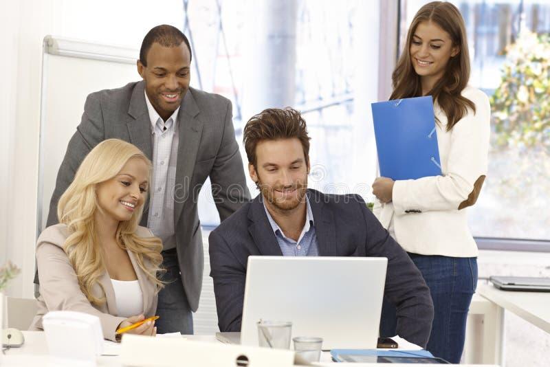 Businessteam heureux fonctionnant ensemble image stock