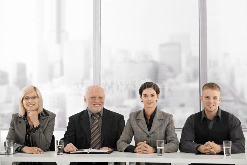 Businessteam lors du contact images stock
