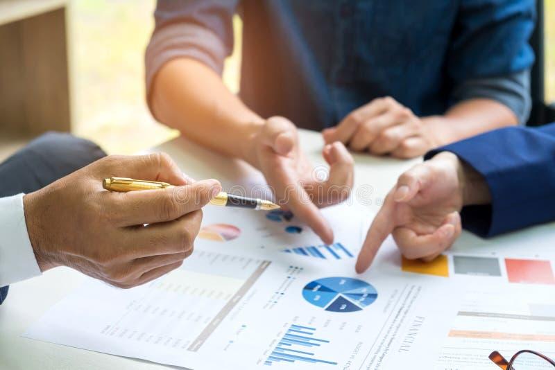 Businessteam möter planläggningen, kontorsarbetare analyserar G arkivbilder