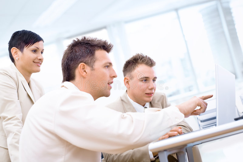 Businessteam mit Laptop lizenzfreie stockbilder