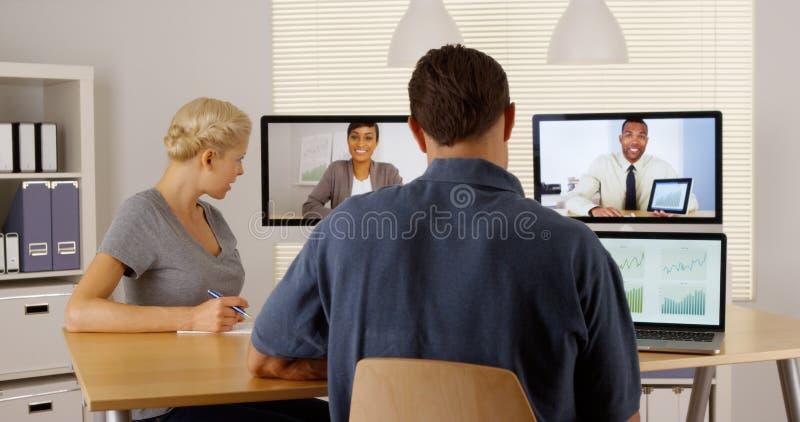 Businessteam multi-étnico feliz que trabaja junto fotografía de archivo