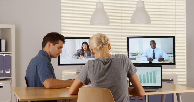 Businessteam multi-ethnique fonctionnant ensemble dans le bureau photo libre de droits
