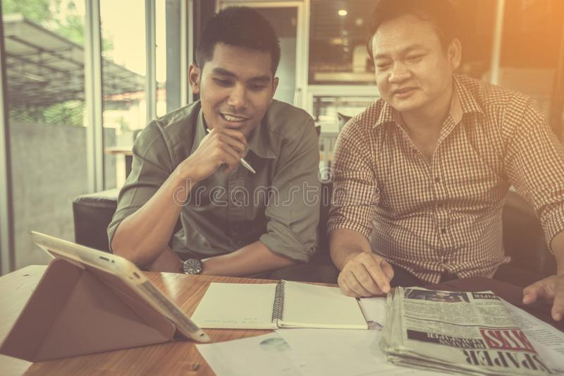 Businessteam som diskuterar idéer och att planera arkivfoto