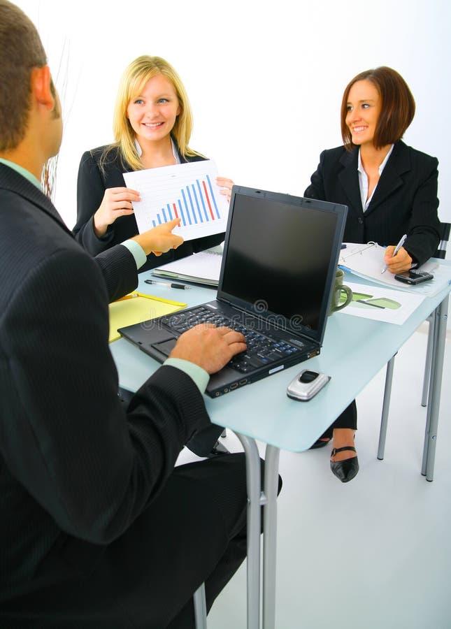 businessteamdiagram som diskuterar försäljningar arkivfoton