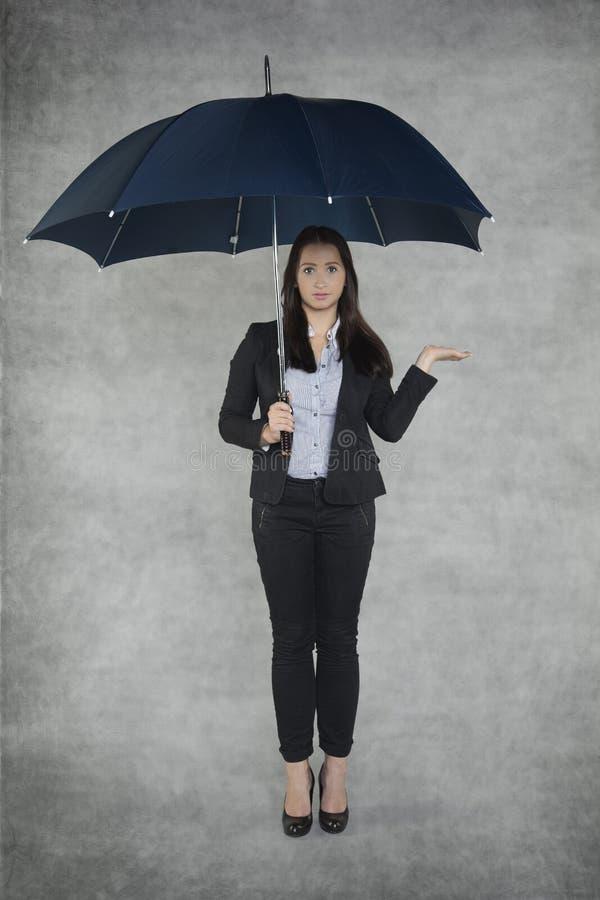 Businesswoamn est un agent d'assurance photographie stock