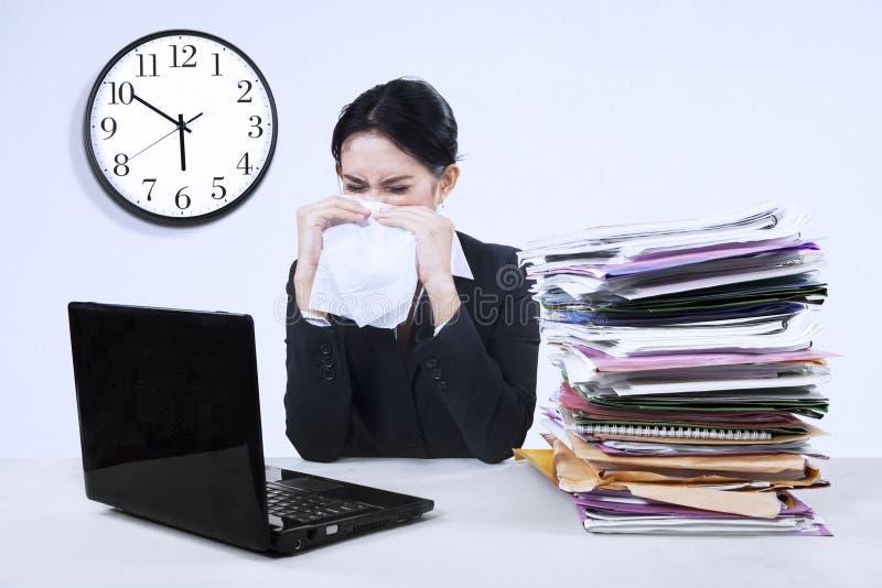 Download Businesswoma Die Griep Hebben Stock Afbeelding - Afbeelding bestaande uit ziek, collectief: 39117121
