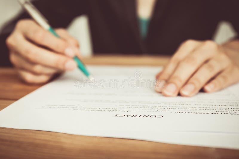 Businesswoman& x27; s-hand med pennan som avslutar personlig information royaltyfri bild