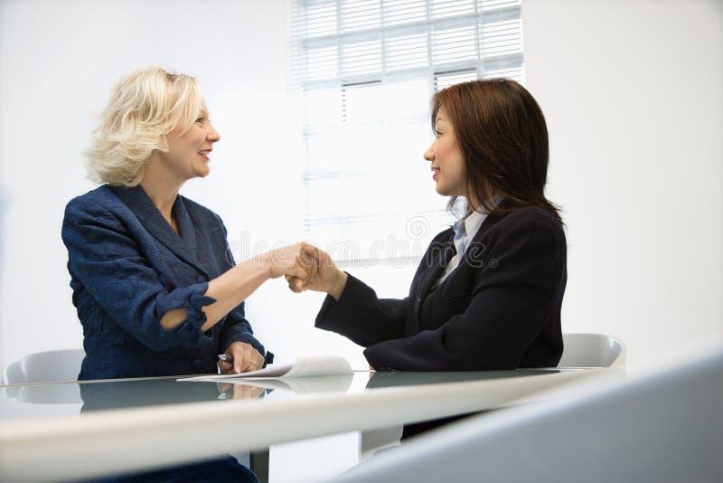 businesswoman uścisnąć ręki zdjęcie royalty free