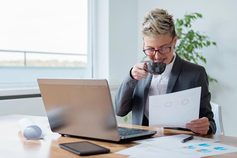 Businesswoman working on a laptop royalty free stock photos