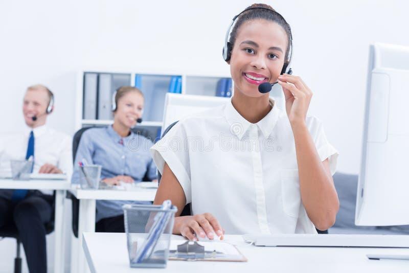 businesswoman założyć słuchawki zdjęcia royalty free