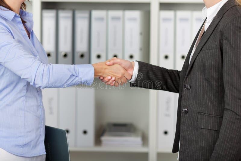 Businesswomans握手 免版税库存照片
