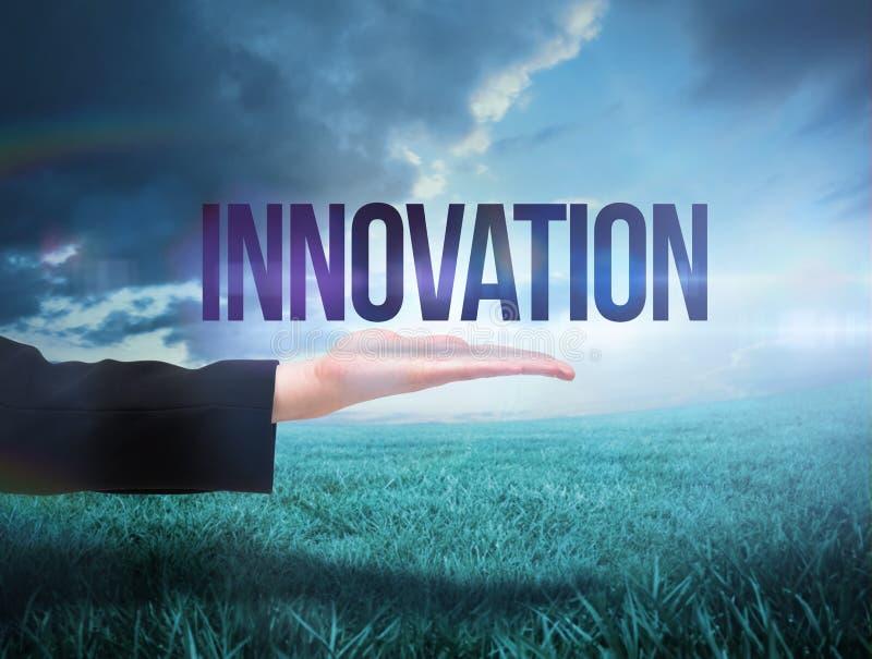 Businesswomans ręka przedstawia słowo innowację zdjęcie royalty free