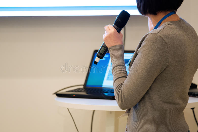 Businesswomantalking na conferência foto de stock