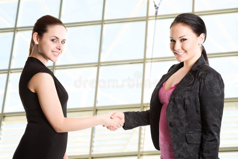 businesswomen hands shaking two στοκ εικόνες