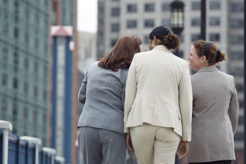 businesswomen three together walking στοκ φωτογραφία με δικαίωμα ελεύθερης χρήσης