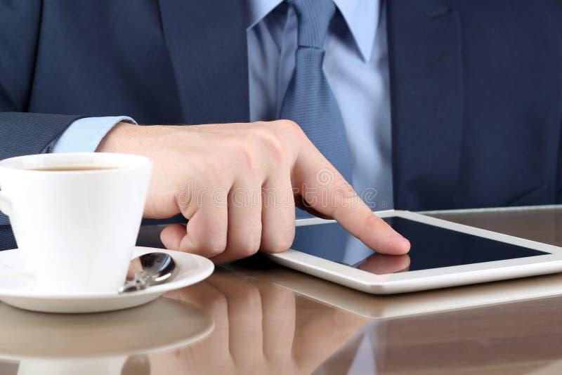 Busineswoman que trabalha com uma tabela digital no escritório fotos de stock royalty free