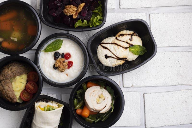 Businnes luncher av Pho bo soppa och kotletter, kokta grönsaker, ångat kött, asinmål arkivfoto