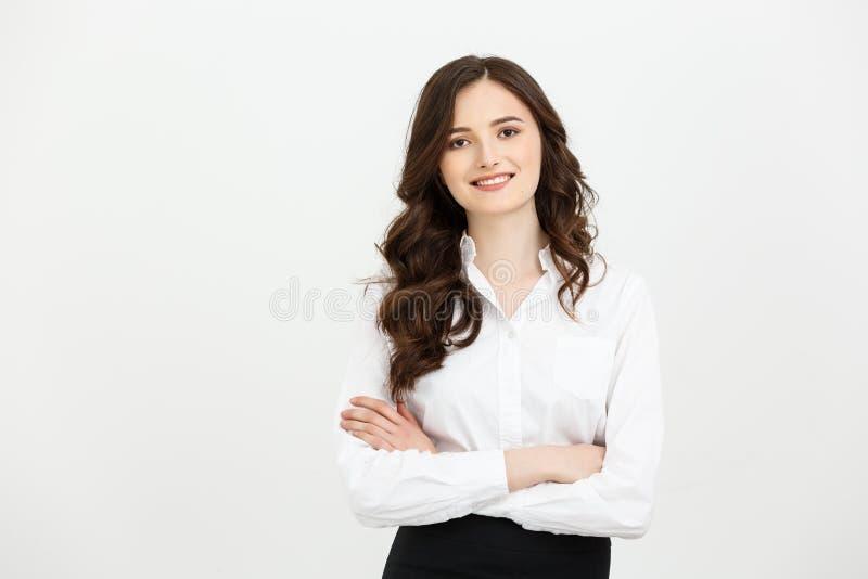 Businss pojęcie: Portreta ufny młody bizneswoman utrzymuje ręki krzyżować i patrzeje kamerę podczas gdy stojący fotografia royalty free