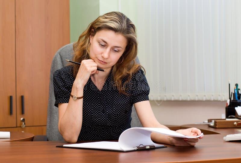 Busionesswoman sur un lieu de travail photos stock