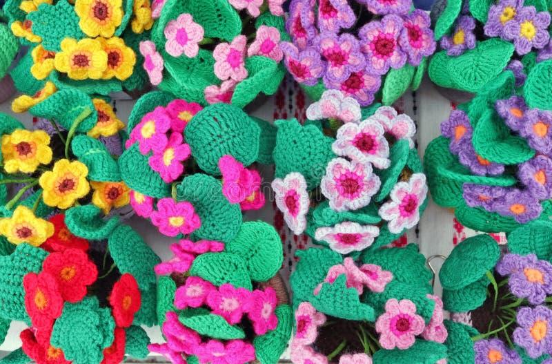 Buskarna av vårblommaViolets göras av kulöra trådar för bomull royaltyfri foto