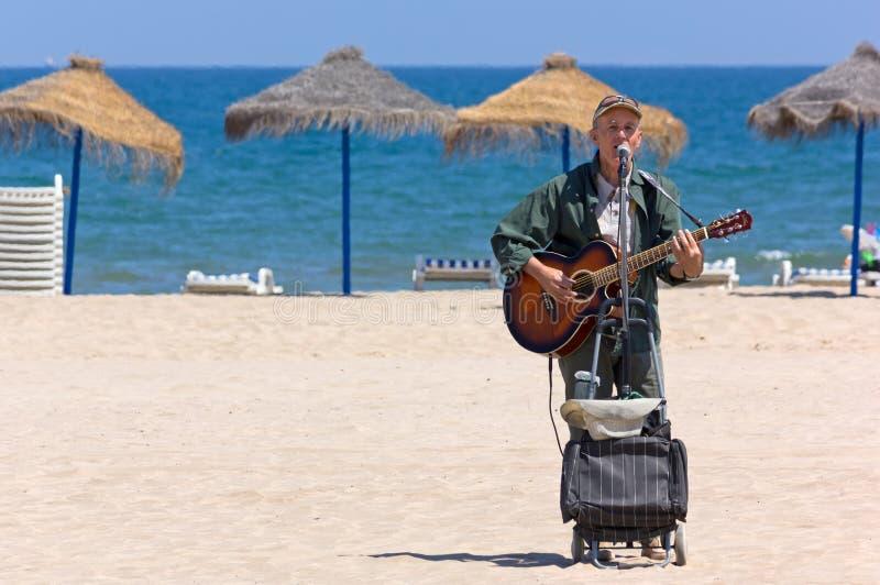 Busker auf dem Strand von Valencia stockbilder