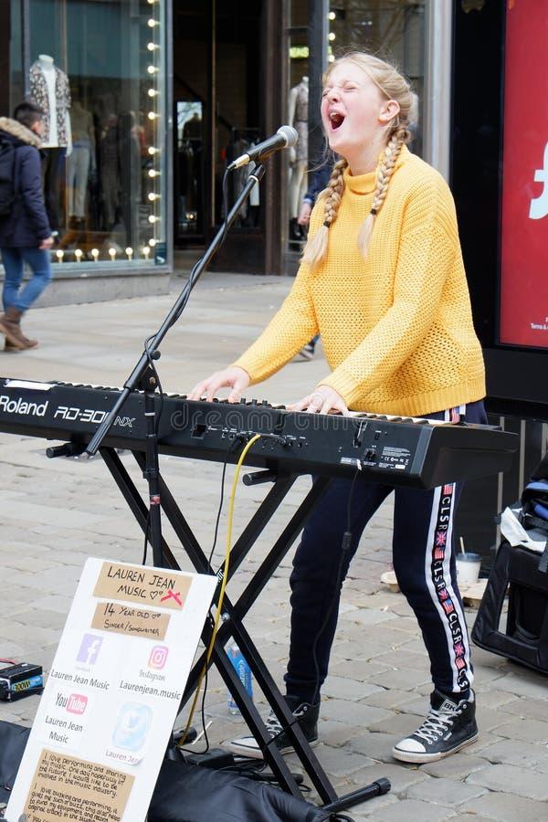 Busker cantante de la muchacha con el teclado foto de archivo