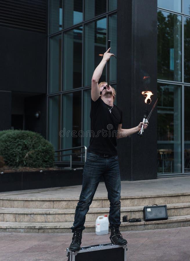 Busker de Melbourne - turistas divertidos de Swallower da espada em Melbourne, Austrália foto de stock