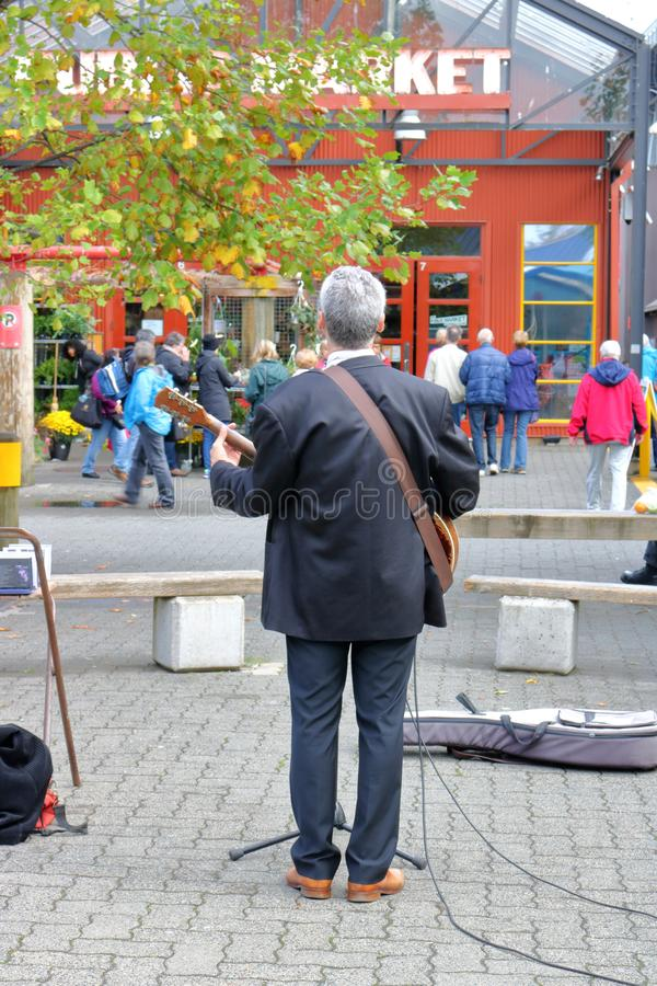 Busker Entertains am Markt stockfotos