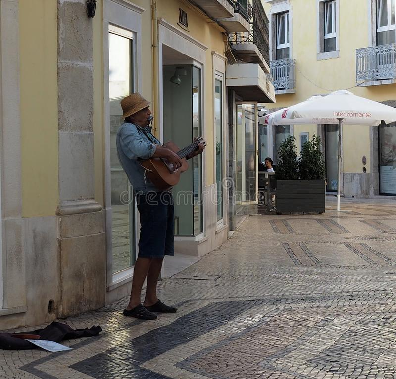 Busker With Guitar In Faro Portugal stockfotos
