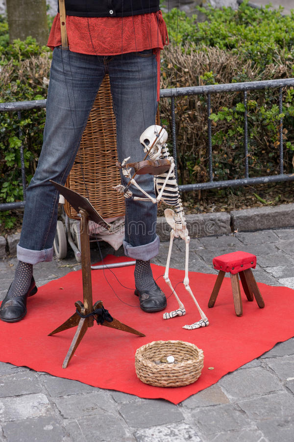Busker mit skeleton Marionette stockfotografie