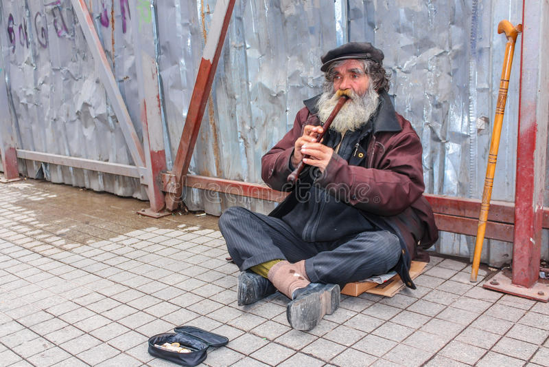 Busker que toca la flauta imagenes de archivo
