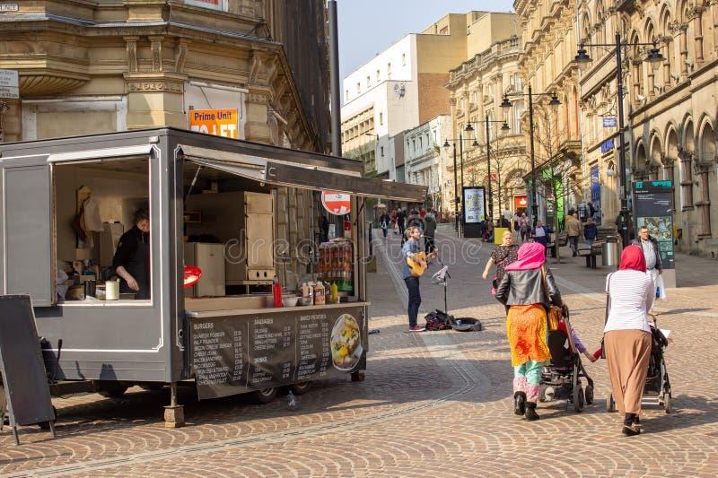 Busker unterh?lt K?ufer in Bradford, Yorkshire stockfotos