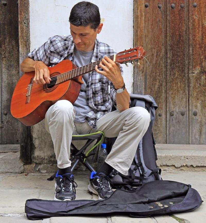 Buskeren spelar gitarren utomhus i Veliko Tarnovo, Bulgarien arkivfoto