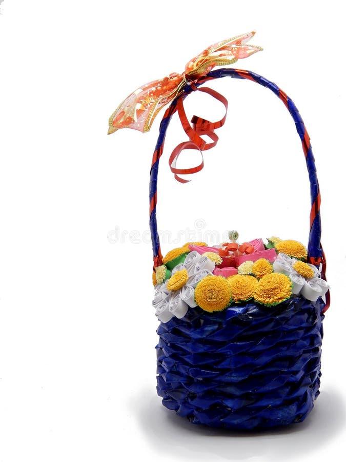 Busket feito à mão com flores fotografia de stock royalty free