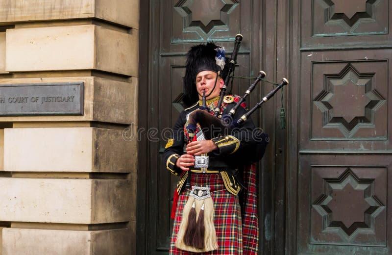 Busking-Dudelsackspieler auf der Straße in Edinburgh lizenzfreies stockfoto