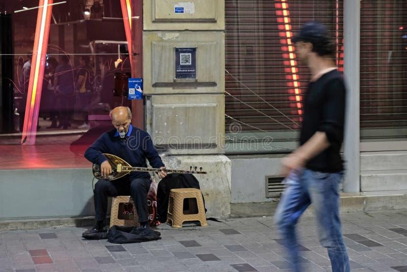 Busking nachts in Istanbul lizenzfreie stockfotos