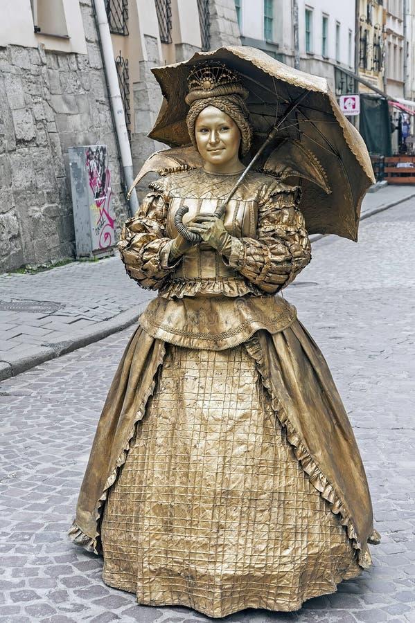 Busking-Pantomime im Retro- Kostüm mit Regenschirm auf Straße von Lemberg, Ukraine stockfoto