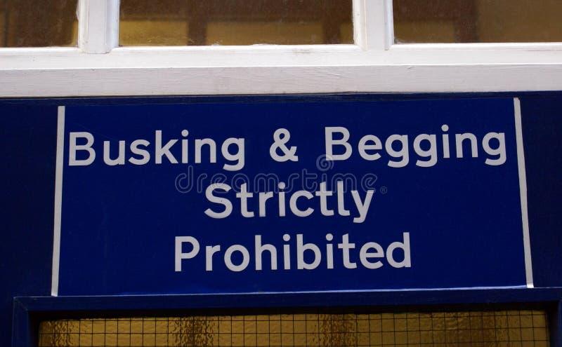 Busking & pedido do sinal restritamente proibido fotografia de stock royalty free