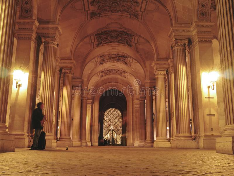 Busking por el Louvre - un saxofón en París imágenes de archivo libres de regalías